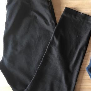Varetype: Pencilleg Størrelse: 44 Farve: Sort  I denne annonce: Pencilbukser i 50-look, lynlås bag. Sorte (nsn), 100kr.  I egne annoncer: 1) 2nd Day, tætsiddende sorte jeans med strech. Sorte med hvidt tie-dye i klassisk 5-lomme jeanssnit. W29/L33. 150kr. 2) 2nd Day, tætsiddende grå jeans med strech. Grå med sort blondemønsterprint ned langs benene, klassisk 5-lomme jeanssnit. W29/L33. 150kr. 3) Klassisk business bukser i herrestil, pencil m pressefold. Massimo Dutti, str. 42, lidt små i størrelsen. Flot stand, 125kr. 4) Løse business bukser, lige snit, 3/4-lange m pressefold. Mango Suit, str 42. Nsn, 150kr.   25kr. rabat på hvert par ved køb af flere par bukser 🌞