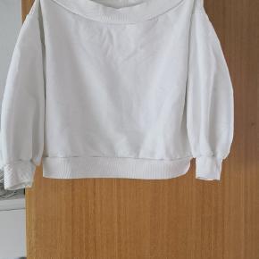 Off-shoulder sweater. Prisen kan forhandles