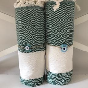 Brand: Hamam Hammam Hamman  De vævede, tyrkiske hammam-håndklæder er lavet af 100% tyrkisk bomuld. De er super bløde og næsten silkeagtige at røre ved. Den stramme, flade vævning gør dem meget absorberende, lette og hurtigt tørrende.  Brug som badehåndklæde på rejsen eller i spaen. De fine mønstre gør håndklæderne super smukke at bruge som sarong, tørklæde, babyslynge, tæppe eller meget andet. 179 pr stk. Plus Porto 37kr. Ved køb af flere deler jeg gerne porto'en☺️