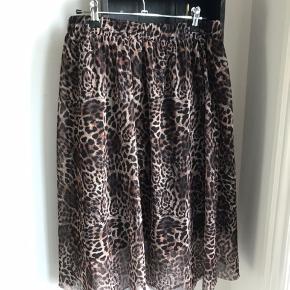 Super fin nederdel med leomønster. Meget elastisk talje. Mesh yderst og med underskørt. Mesh går længere ned end underskørt.   Køber betaler fragt eller afhentes hos mig på Amager