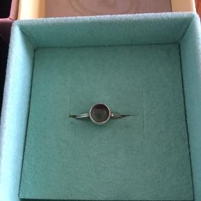 Smukt sæt fra carré med halskæde og ring. Ringen er en str 49. Stenen må være en grå kvarts af en art, men kan ikke helt huske det. Ringen er brugt, men fremstår velholdt. Halskæden er helt ubrugt. Bonen, æsker og poser medfølger.