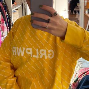 Super blød sweatshirt fra Mads Nørgaard i gul farve med hvid print. Perfekt nu til efteråret