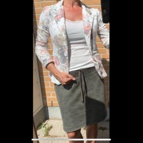 Blød, lækker og meget behagelig blomstret blazer fra MocA Clothing. Str S med masser af stræk i (som at ha en cardigan på)  Jeg er selv en str S/M..   Sælges for 40 kr.  Befinder sig i Stige -Odense N