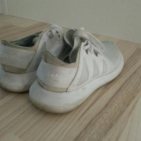 Et par hvide/lyse sneakers fra adidas. De er brugte udseendesmæssigt,(se billedeR) men de er max blevet gået med i en måned.
