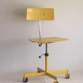 Retro kontorstol med brugsspor, men ellers i fin stand.