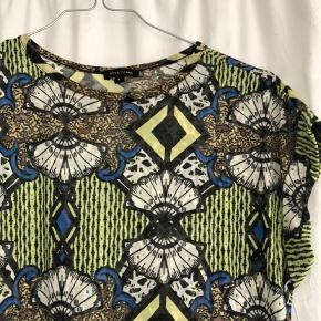 Smuk mønstret T-shirt  Ingen tegn på slid   Mængderabat !!!!