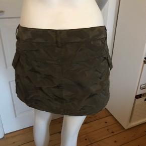 Shorts & Skort fra H&M Divided, str.38( passer til str.36-:8), farve: armygrøn, med 2 lommer, polyester, L.: 25 cm foran og 26 cm bagpå, brugt kun 1 gang i meget god stand som nye