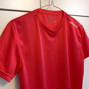 Newline trænings t-shirt. Str. L. Aldrig brugt. Farven ser forskellig ud på billederne grundet lyset, men minder mest om billede 1.