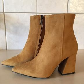 Ovenud flotte støvler fra Apair i det lækreste ruskind, skjult lynlås - elastik kile i toppen af skaftet.  Skindbeklædt kraftige hæle på 9 cm