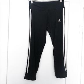 Adidas bukser de er ikke helt lange    størrelse: XS   pris: 70 kr   fragt: 37 kr   obs se på billede 2 der er en lille plet nederst på højre ben