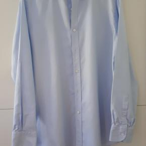 Lyseblå skræddersyet skjorte fra Mond. Svarende til L/XL