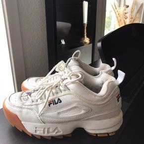 BYD!❤️ Skoene har brugsmærker på indersiden af skoen og er derfor ikke tydelige. Dette fremgår af billede 3:)  Det er muligt at få sendt varen - køberen betaler fragten:)  Kun seriøse henvendelser tak:)