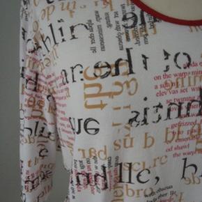 Lang tshirt i hvid/sort/rød, blød bomuldblanding (men jeg har klippet mærket ud), brystvidde 114, længde 78 Intet byt