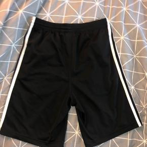 • Adidas Original shorts med 3 striber   • Fejler intet udover normale brugstegn   • Køber betaler fragt✨