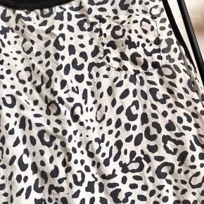 Fin let ærmeløs top i dyreprint.  Str. xs  Toppen er med dyreprint forrest og sort på bagsiden. Fronten er 100 % silke, mens bagsiden er 100 % lyocell. Bagsiden er en smule længere end forsiden. Toppen har ligeledes en falsk brystlomme i venstre side.   Jeg sælger toppen, da jeg ikke længere får den brugt.   Generelt for mine annoncer 🌸  Tøjet er passet godt på. Vasket eller renset efter dets anvisninger og i vaskepose.  Tøjet kommer fra et røg- og dyrefrit hjem.  Skriv endelig for mere info eller flere billeder.