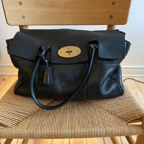 """Jeg synes ikke tasken er """"slidt"""", men den har været brugt og elsker. Se billeder for skrammer."""