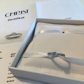 Smuk hvidguld ring med diamanter og brillianter. 14 karat. Str. 52. Alt info står på certifikatet.   Hvis den skal laves større eller mindre har jeg spurgt hos flere guldsmede og det koster ca. 700-800 kr.   Har lige fået ringen vurderet til 10000kr.   Jeg sender ikke ringen. Hvis du ønsker at prøve den er du velkommen hos mig.