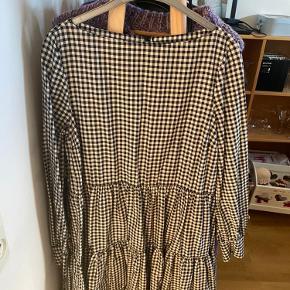 Ternet kjole (sort, hvid), brugt få gange. Str. 40. Har en let åben ryg med et par knapper for oven.