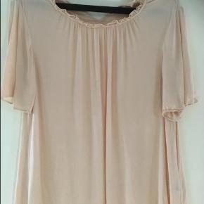 Varetype: Bluse / kort kjole Farve: Sort og brun Oprindelig købspris: 499 kr.  Kan bruges både som kjole eller bluse som sidder til ved hoften. Kan evt sættes ud over skuldrene. Brugt to gange så er som ny. Super pasform! Køb mere fra mine ann. og få rabat! Sælger få men lækre ting.