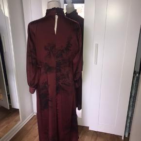 Super smuk kjole fra Zara. Den er brugt minimalt, så fremstår derfor uden tegn på brug.  Det er en str. XL men passer bedst en str. 40/42 Mp 283 kr pp