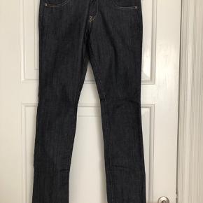Lee Jeans, Model Norma  Str: W:30  L:31  Materiale: 98% bomuld, 2% elastan.  Aldrig brugt.  Har ligget pakket ned i en flyttekasse og trænger til en vask/luftning.
