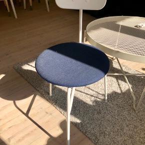 6 stk spisestole fra MENU. Blåt sæde, Hvidt stel. Brugt, deraf prisen. Sælges kun samlet. Nypris pr stol var 1750.  1200 kr for alle 6 stole.