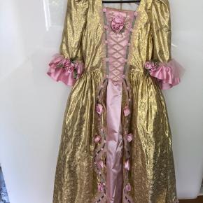 Flot udklædningskjole fra Eventyrkompagniet str XL (svarer cirka til 10-12 år) med mange fine detaljer. Har tylskørt under selve kjolen så den strutter når man har den på. Kvalitetsudklædning ud over det sædvanlige. Nyprisen var 1700,-
