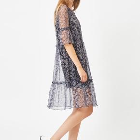 Smukkeste kjole fra Moves i mesh kvalitet. Mørkeblå med blomster.  Str. S  Brugt 1 gang