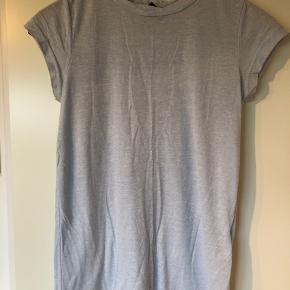 "Fin t-shirt, som har en ""flettet"" hals.  Jeg har den også til salg i lysegrå.   Se også mine andre +100 annoncer! Dixie, Selected femme, Modstrøm, Neo noir, Second female, Ecco, Vagabond, Eastpak"