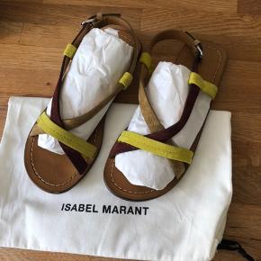 Smukke sandaler fra Isabel Marant i læder og ruskind, de er brugt maks to timer og fremstår derfor næsten som nye. Dustbag og stofnet medfølger fra butikken, æsken var gået i stykker så jeg tog ikke den med.  Respekter venligst at jeg ikke bytter og køber betaler porto samt gebyr ved tspay.