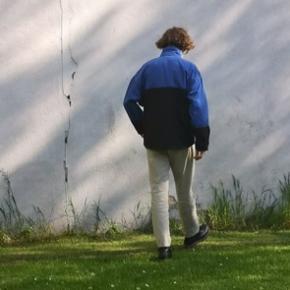 Uni-sex Helly Hansen jakke💫  💙 Næsten som ny 💙 Fitter oversize til kvinder 💙 Fitter normalt til mænd 💙 Kvindemodel: 160 cm 💙 Mandemodel: 171 cm