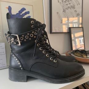 Støvler med detaljer fra Zara. Brugt max 5 gange. Køber betaler porto.