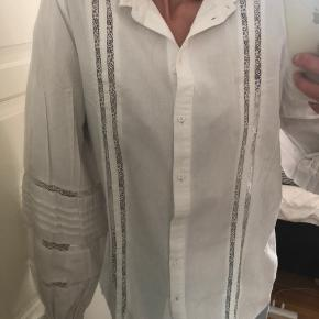 H&M skjorte med vidde ærmer. Pæn stand.