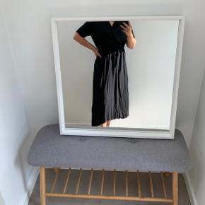 Fin luftig sommer/efterårs kjole fra Samsøe Samsøe. Sælges da jeg kun har brugt den en enkelt gang. Køber betaler fragt eller den kan afhentes i Vejle.  Skriv endelig hvis du har spørgsmål.
