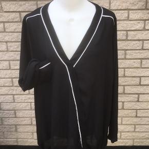 Zizzi sort næsten ny bluse skjorte   Str L - 5o  Nyp 500  storpige pluszize  Yderst fin stand   Længde 75 Brystvidde 68x2 Ærme indvendig 54  Sender gerne   Se flere annoncer