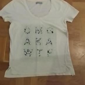 Varetype: t-shirt Farve: Råhvid  Samsøe & Samsøe t-shirt med v-hals.  I rigtig god stand.