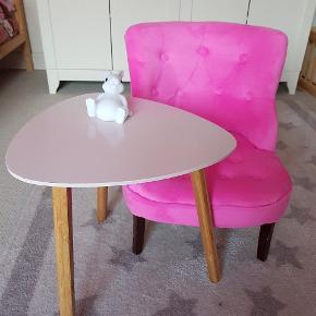 Fint lille bord til børneværelset. 40 cm bred.  I pæn stand med få brugsspor.