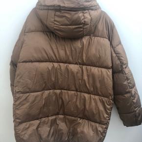 Mega fed jakke fra hm, brugt i en kort periode og derfor ikke nogen tydelige tegn på slid. Den fitter en s-m