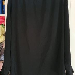 Super fin bluse fra Zoey med flæser i ærmerne, lidt åben i ryggen, 50% polyester og 50% viskose, str medium.