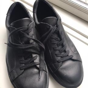 Sorte ægte læder herre sneakers fra Kiomi. Kun brugt et par gange.   Købspris: 550kr