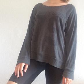 Virkelig blød trøje. Kan bruges som nattøj, sportstøj, homewear m.m.   Passer XS-M