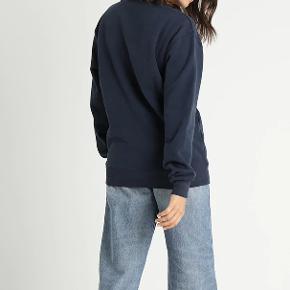Lavet af en blød bomuldsblanding. Dette klassiske design har fået en sæsonbetonet opdatering i en flot mørkeblå farve.  Style: Agata Crew Sweat Farve: Dress Blues 80% Bomuld, 20% Polyester. B