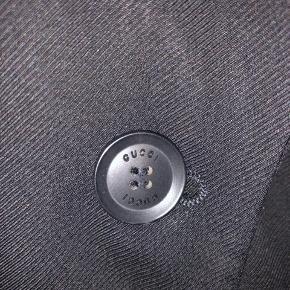 Unik Gucci blazer sælges med Gucci knapper foran og ved ærmer. Blazeren er ikke en salgsvarer i butikken, men bæres af Gucci's personale i deres stores - deraf uniform. Ingen størrelseslabel i, men den passer en str. S/36.  Pris: 800kr afhentet eller plus 38kr i DAO porto.