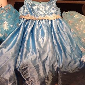 Elsa kjole med to sæt ærmer str 140 GMB der ses nogle få tråde der er løbet med kappe Afhentes i Hjerting sender ikke