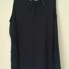 Smuk top fra Weekend Max Mara købt i januar. Den er i silke foran med de fineste lægge.