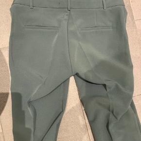 Meget stilede habit-bukser. Aldrig brugt