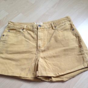 Super fede denim shorts i str. 30 fra Selected Femme.   Brugt, men i god stand & ingen slid.   Kan passes af en medium & large.  Kan bruges som højtaljede shorts.