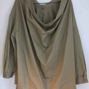 Super fed oversized Malene Birger skjorte, med draperende ryg. Byd gerne.