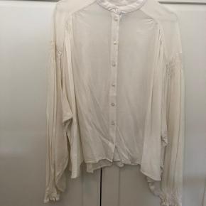 Skjorte med fine detaljer ved ærmerne, str. M ✨