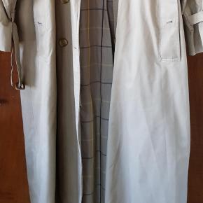 Varetype: Frakke Størrelse: 12 , dansk 40 Farve: Beige Oprindelig købspris: 5000 kr.  Vintage Burberry sælges. Klassisk frakke der er god til alle  der er en reparation i lommeforet ellers fin. Bæltespændet er meget slidt se foto
